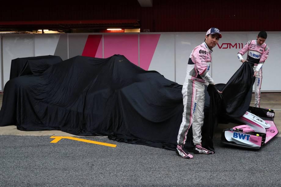Os pilotos Sergio Perez e Esteban Ocon descobrem o novo carro VJM11, da Force India, durante a apresentação e realização de teste no Circuito da Catalonia, em Barcelona, Espanha - 26/02/2018