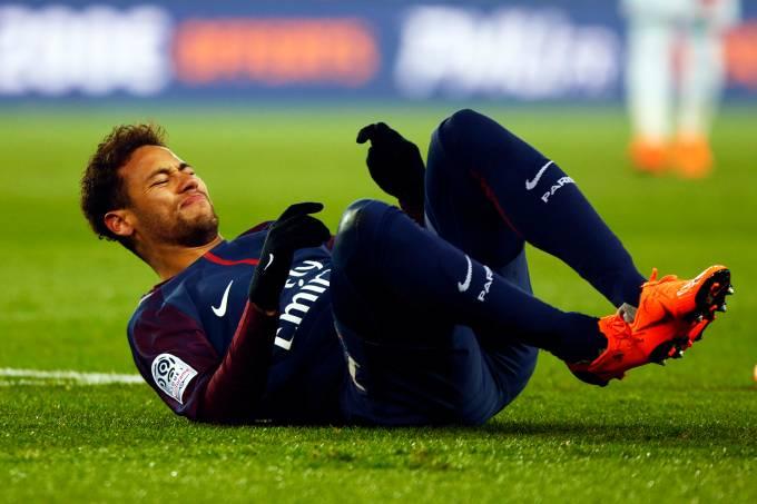 Neymar sofre lesão no tornozelo