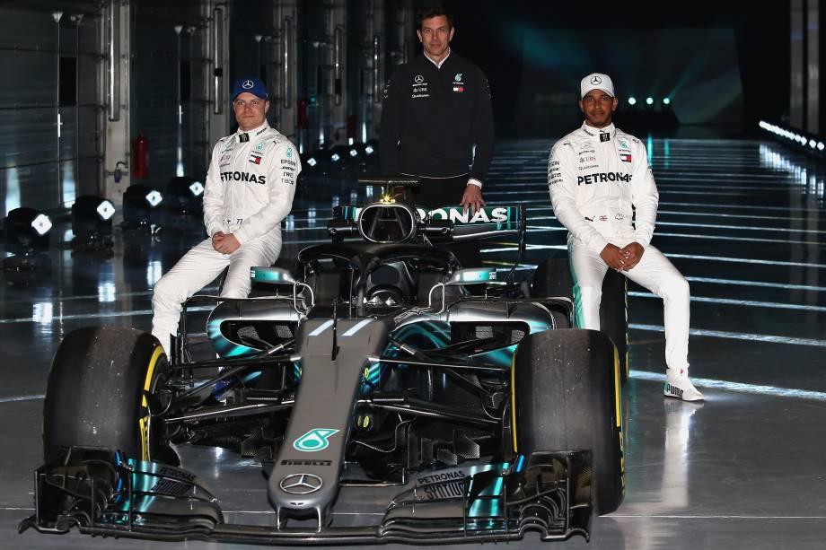 Os pilotos Valtteri Bottas e Lewis Hamilton, posam para foto sentados no W09, o novo carro da Mercedes para a temporada 2018 fa Fórmula 1, junto com o diretor executivo da Mercedes GP, Toto Wolff - 22/02/2018