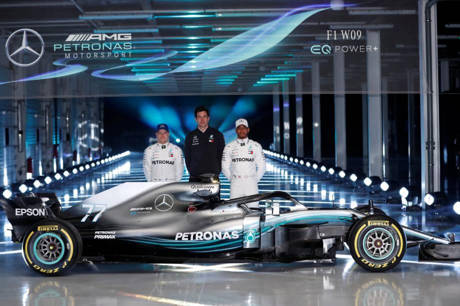 Os pilotos Valtteri Bottas e Lewis Hamilton, posam para foto ao lado do W09, o novo carro da Mercedes para a temporada 2018 fa Fórmula 1, junto com o diretor executivo da Mercedes GP, Toto Wolff - 22/02/2018