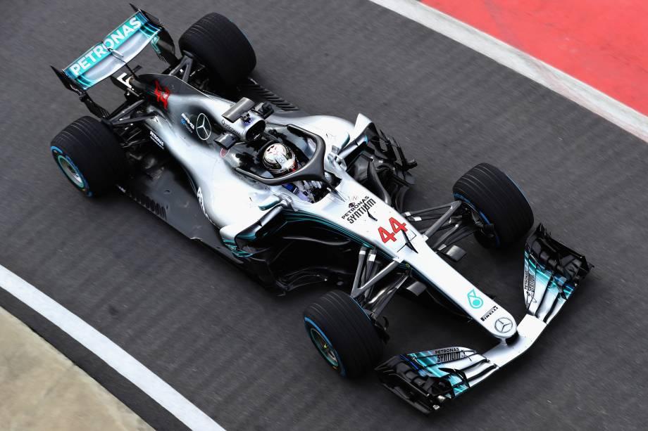 Lewis Hamilton, piloto da Mercedes, dirige o W09, novo carro para a temporada 2018 da Fórmula 1 na pista do Circuito de Silverstone, na Inglaterra - 22/02/2018