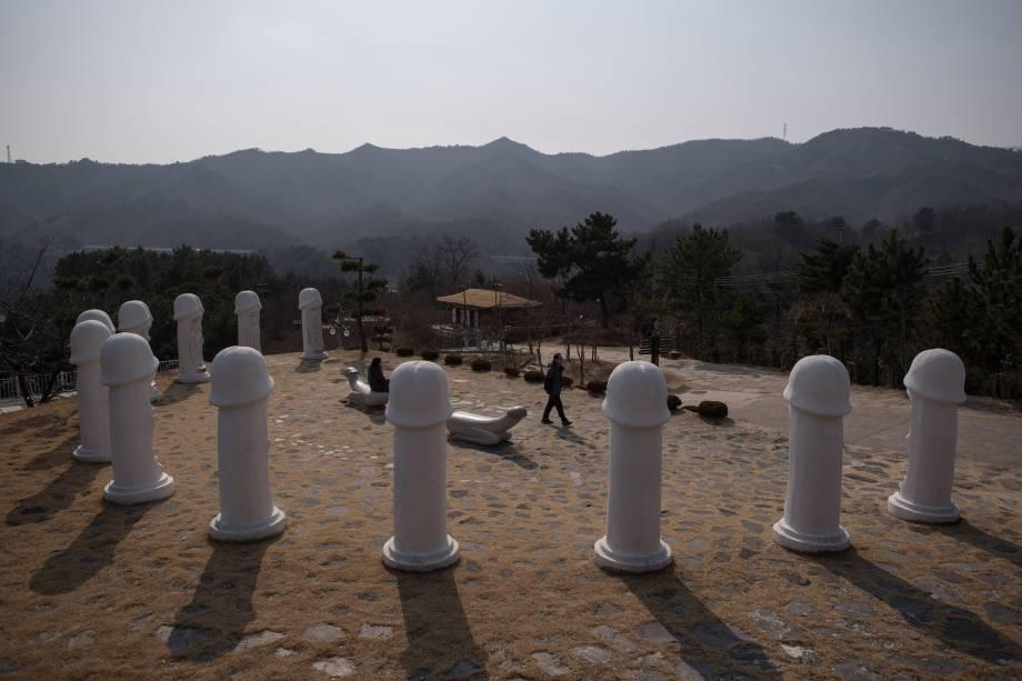 O Haesindang 'penis park' localizado em Samcheok, na Coreia do Sul possui dúzias de estátuas de pênis eretos que ficam distribuídos no parque
