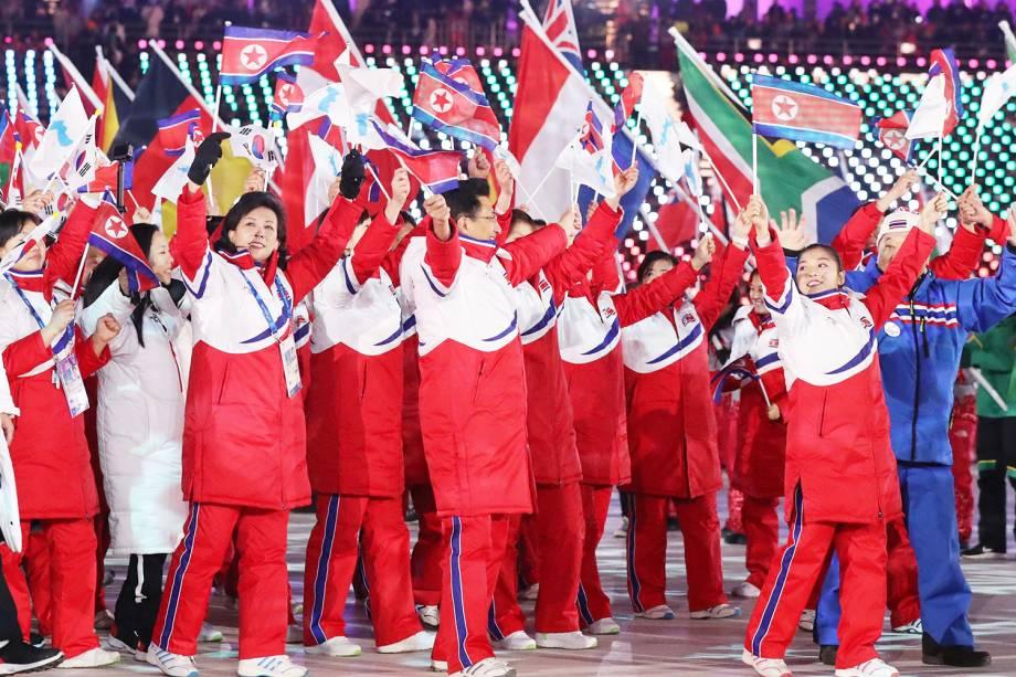 Atletas da Coreia do Sul e do Norte desfilam juntas durante a cerimônia de encerramento dos Jogos Olímpicos de Inverno, em Pyeongchang - 25/02/2018