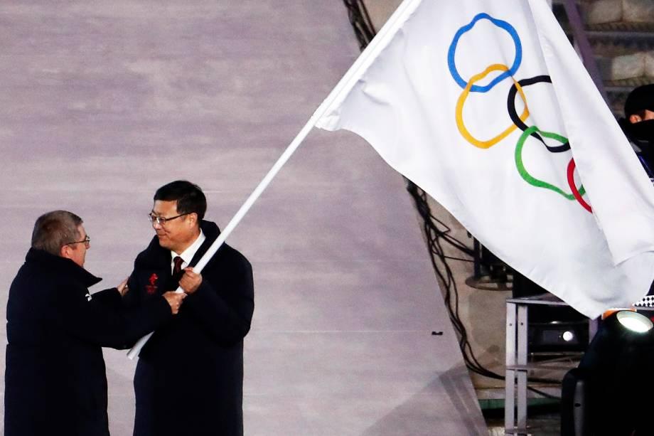 O prefeito de Pequim, Chen Jining, e o presidente do COI (Comitê Olímpico Internacional), Thomas Bach, durante a cerimônia de encerramento dos Jogos Olímpicos de Inverno, em Pyeongchang, na Coreia do Sul - 25/02/2018