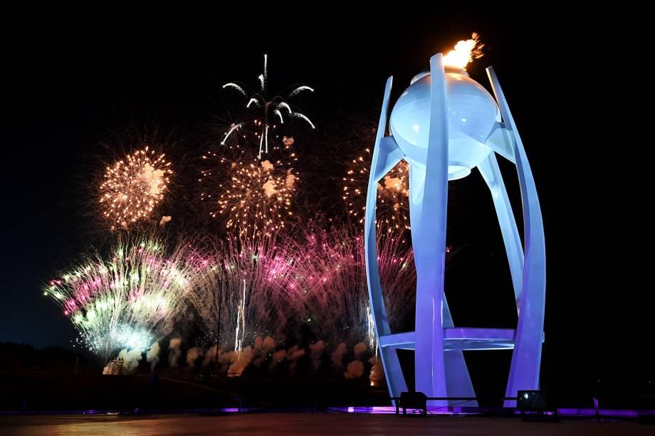 Fogos de artifício explodem atrás da pira olímpica, durante a cerimônia de encerramento dos Jogos Olímpicos de Inverno, em Pyeongchang, na Coreia do Sul - 25/02/2018