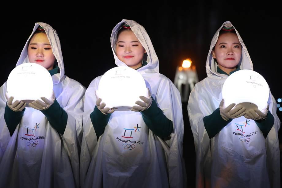 Voluntários durante a cerimônia de encerramento dos Jogos Olímpicos de Inverno, em Pyeongchang, na Coreia do Sul - 25/02/2018
