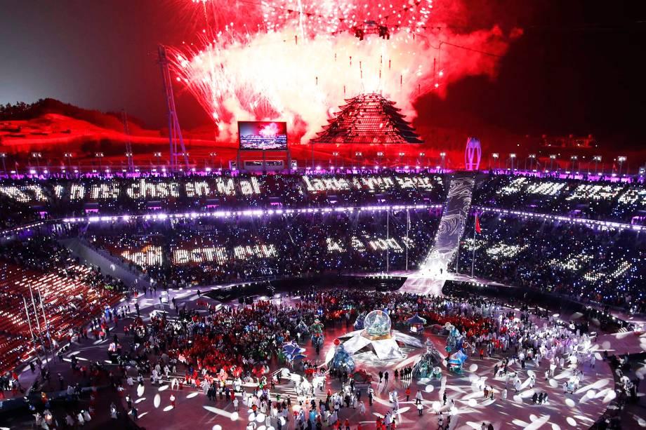 Fogos de artfíicio iluminam o céu de Pyeongchang, na Coreia do Sul, durante a cerimônia de encerramento dos Jogos Olímpicos de Inverno - 25/02/2018