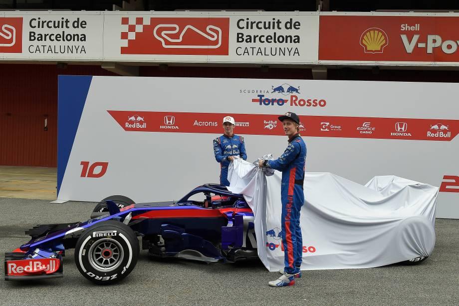 O piloto da Nova Zelândia, Brendon Hartley, da Toro Rosso, e o francês, Pierre Gasly, revelam seu novo carro STR13 durante a apresentação oficial no Circuito da Catalunha, em Montmelo, perto de Barcelona, na Espanha - 26/02/2018
