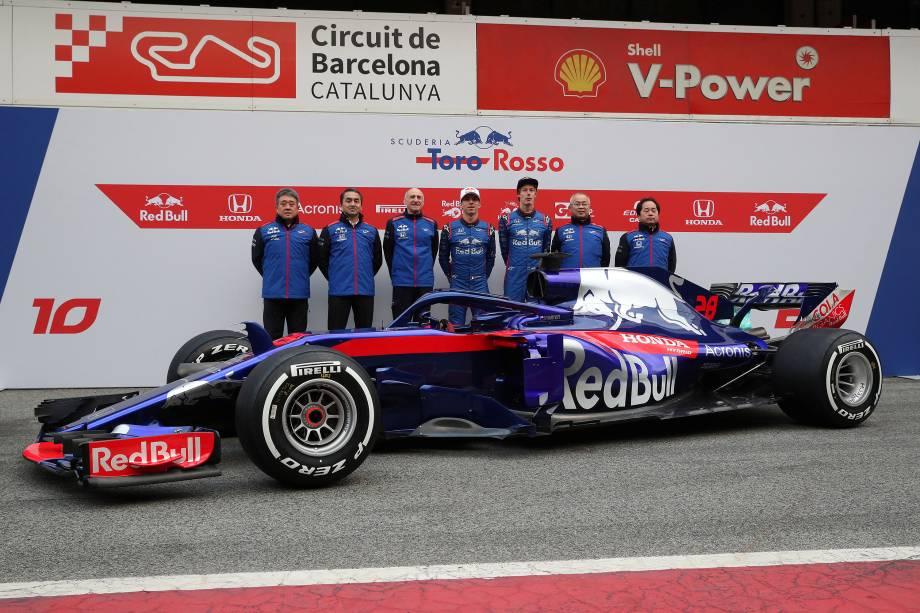 Os pilotos e a equipe da Toro Rosso posam para foto ao lado do novo carro STR13, durante o dia de testes no Circuito da Catalonia, na Espanha - 26/02/2018