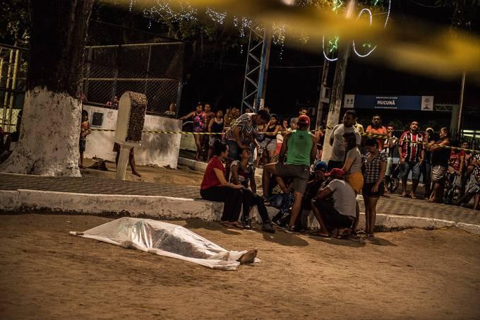 Barbárie cotidiana – Familiares ao lado do corpo de jovem de 22 anos, em Fortaleza: recorde de homicídios