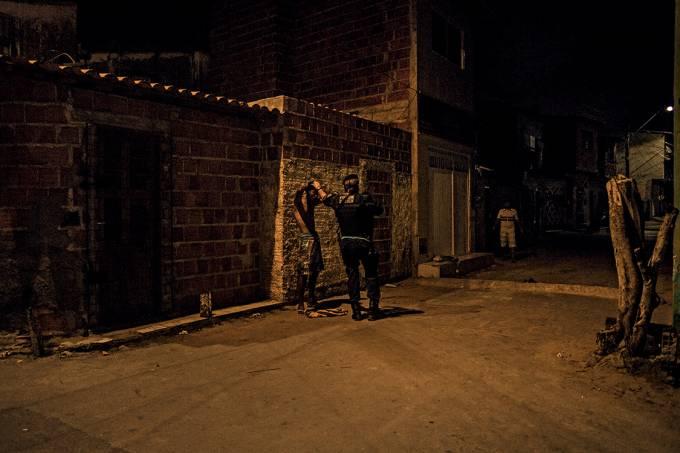 Contra o crime – Policial faz abordagem em bairro invadido pelos Guardiões: o estado planeja reproduzir, com ajustes, a experiência das UPPs