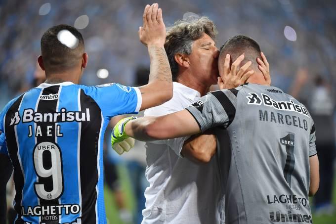 O técnico do Grêmio, Renato Gaúcho comemora com o goleiro Marcelo, após conquistar a Recopa sobre o Independiente nos pênaltis