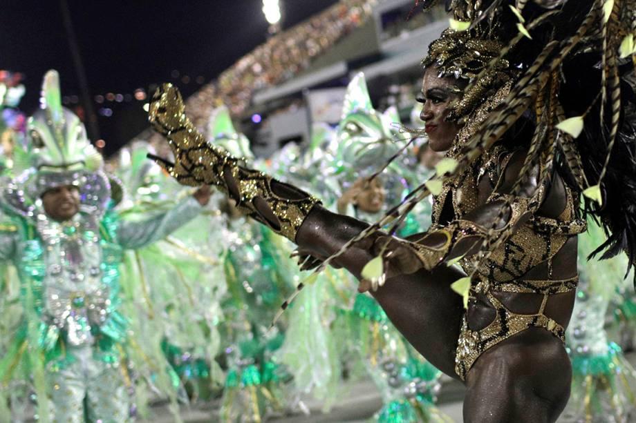 Imperatriz Leopoldinense desfila na Marques de Sapucaí durante o segundo dia do Grupo Especial no carnaval carioca - 13/02/2018