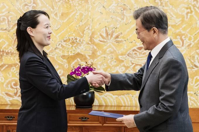 O presidente da Coreia do Sul, Moon Jae-in, recebe um convite de Kim Yo Jong, irmã do ditador norte-coreano Kim Jong-Un,
