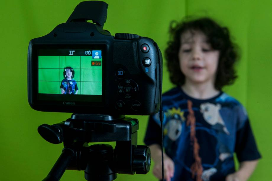 Christopher (Kiki), 6 anos, durante a gravação em aula para a abertura de um vídeo do seu canal no Youtube - 27/02/2018