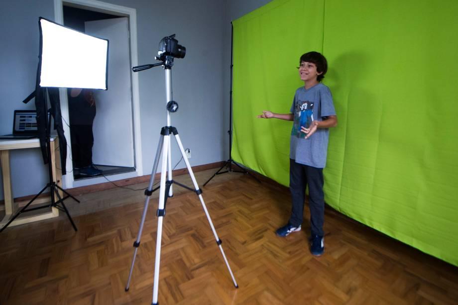 Erick, 11 anos, durante a gravação em aula para a abertura de um vídeo do seu canal no Youtube - 27/02/2018