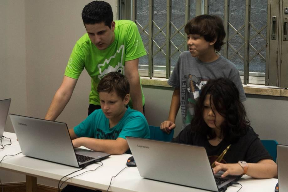 Lucas, Christopher (Kiki), e Nicholas durante instrução do Professor Lucas na Happy Code - 27/02/2018