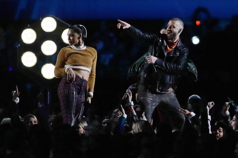Justin Timberlake, sempre bem humorado, acena para público durante o show do intervalo do Super Bowl 2018