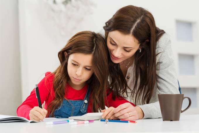 Mãe ajuda filha a estudar