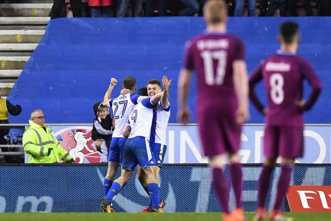 Jogadores do Wigan comemoram gol contra o Manchester City, pela Copa da Inglaterra