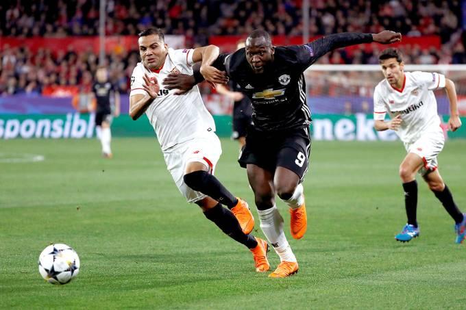 Disputa de bola na partida entre Sevilla e Manchester United, pela Liga dos Campeões, na Espanha