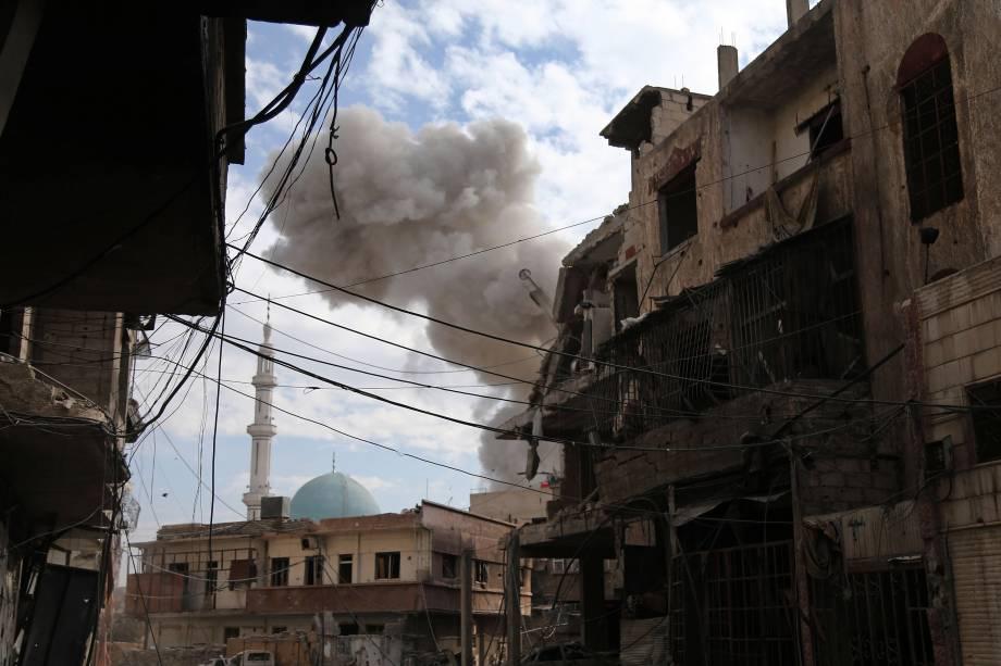 Nuvem de fumaça é vista na sequência de um ataque aéreo das forças do governo sírio à cidade rebelde de Hamouria, na região sitiada de Ghouta Oriental, nos arredores da capital Damasco - 21/02/2018