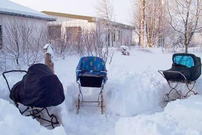 Bebês finlandeses dormem fora de casa
