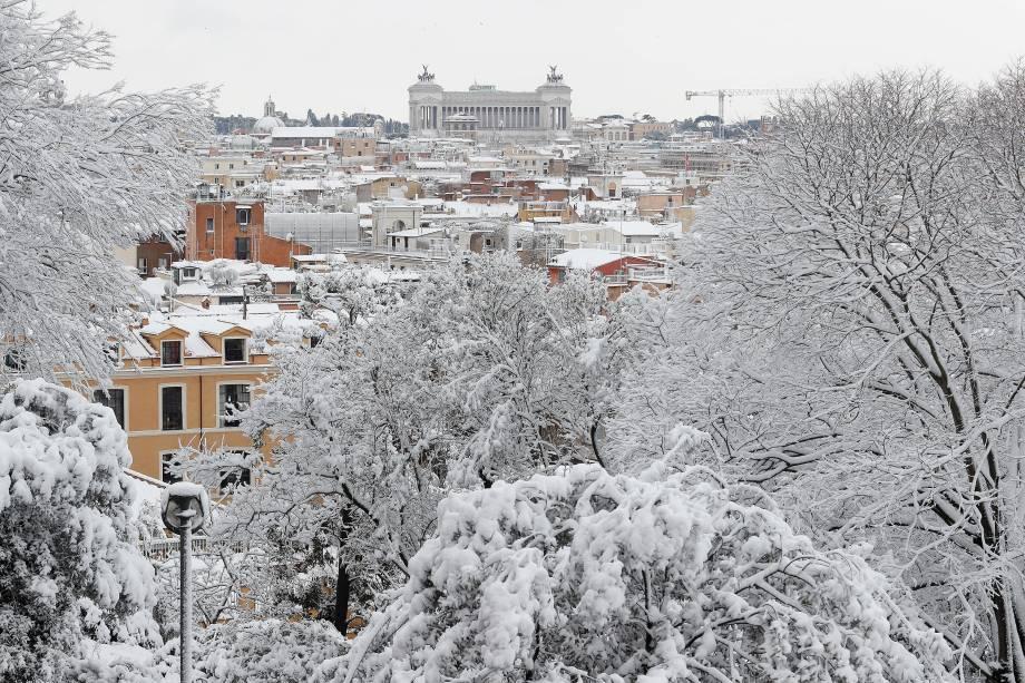Uma vista panorâmica mostra tetos de casas, edifícios e copas de árvores cobertas pela neve que transformou a paisagem da cidade de Roma, na Itália - 26/02/2018