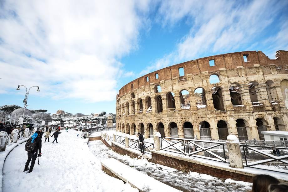 Onda de frio atinge Roma, capital da Itália. Na foto, pessoas caminham próximas ao Coliseu - 26/02/2018