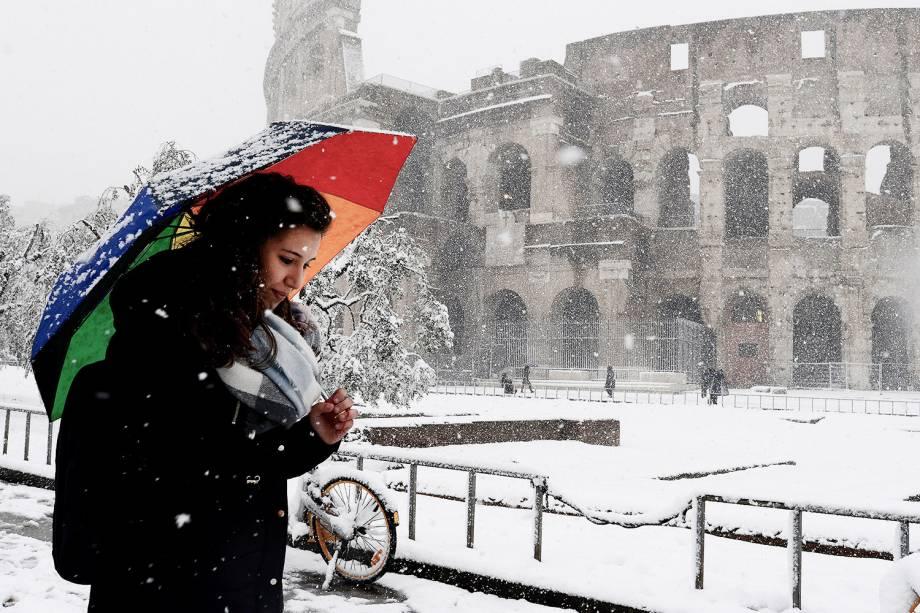 Onda de frio atinge Roma, capital da Itália. Na foto, mulher caminha próxima ao Coliseu - 26/02/2018