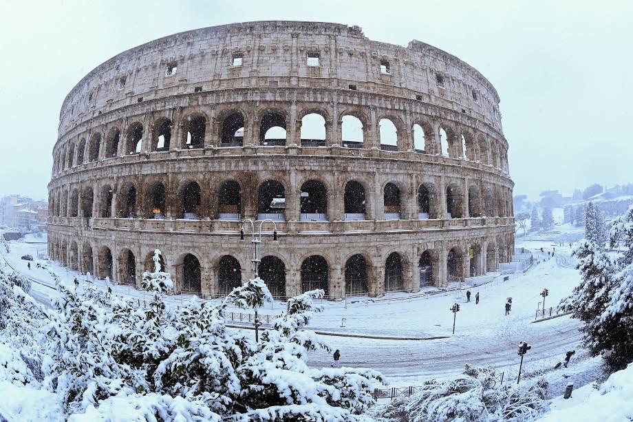 O Coliseu, também conhecido como Anfiteatro Flaviano, é visto durante uma nevasca na cidade de Roma, na Itália - 26/02/2018