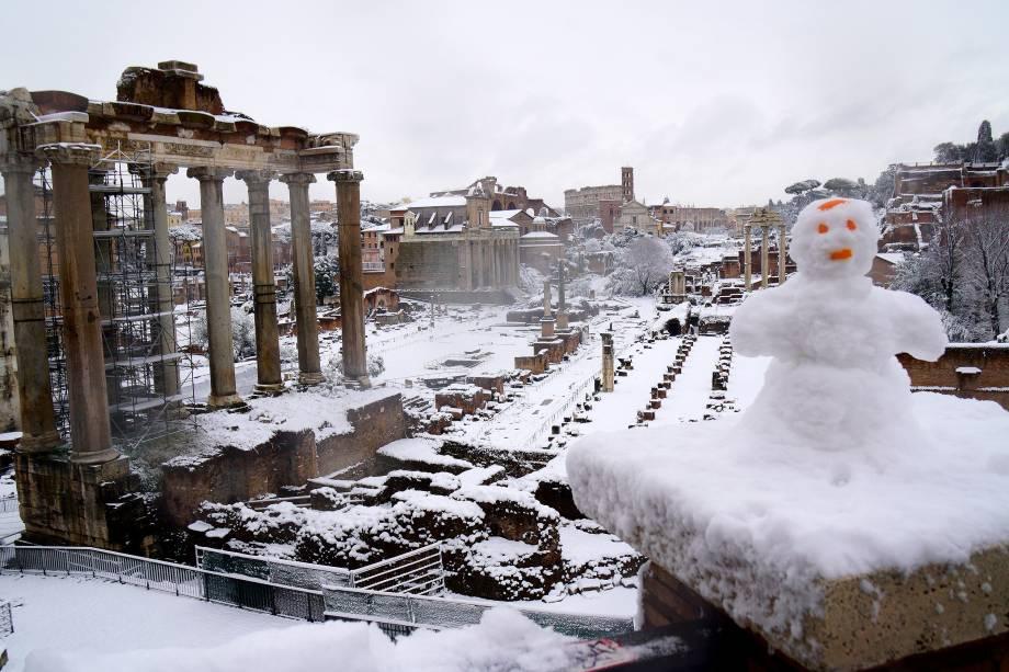 Um boneco de neve é visto enfeitando a vista do Forum Antigo, em Roma, na Itália - 26/02/2018