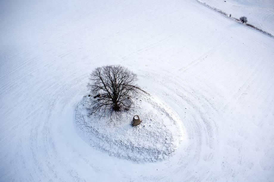 Drone fotografa campo coberto de neve em Grofl Stieten, na Alemanha - 27/02/2018