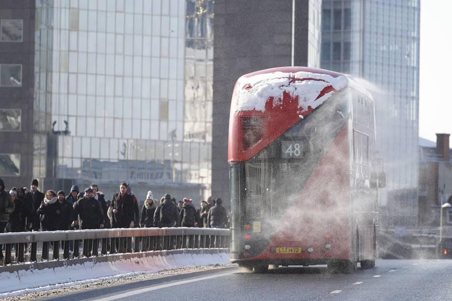 Neve é vista sobre ônibus pedestres atravessam a London Bridge, durante onda de frio que atinge a Europa - 28/02/2018