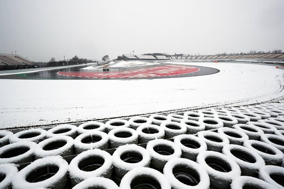 Controlador de corridas checa o Circuito da Catalunha, na Espanha, durante testes para a temporada 2018 da Fórmula 1, em onda de frio que atinge a Europa - 28/02/2018