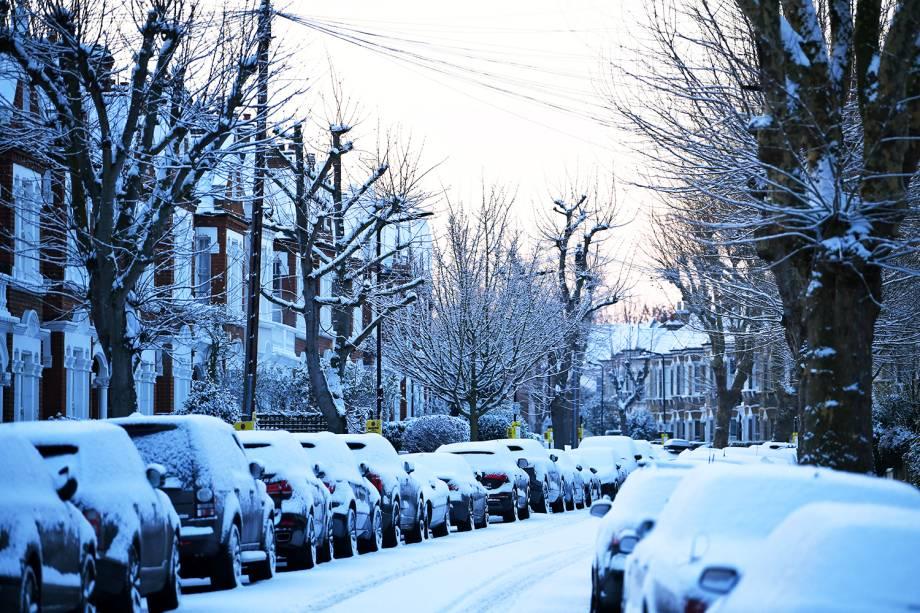 Veículos são vistos cobertos de neve em uma rua no sul de Londres, na Inglaterra, durante onda de frio que atinge a Europa - 28/02/2018