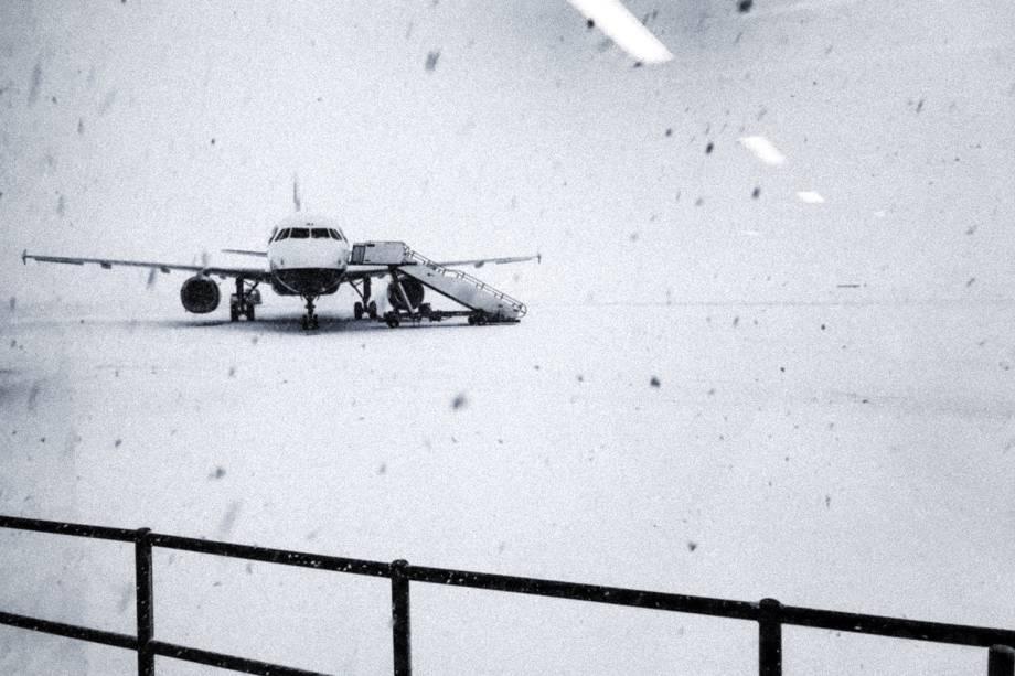 Forte nevasca atinge pista do aeroporto de Glasgow, no Reino Unido - 28/02/2018