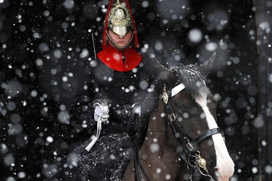 Guarda britânico é visto entre nevasca em Londres, na Inglaterra, durante onda de frio que atinge a Europa - 28/02/2018