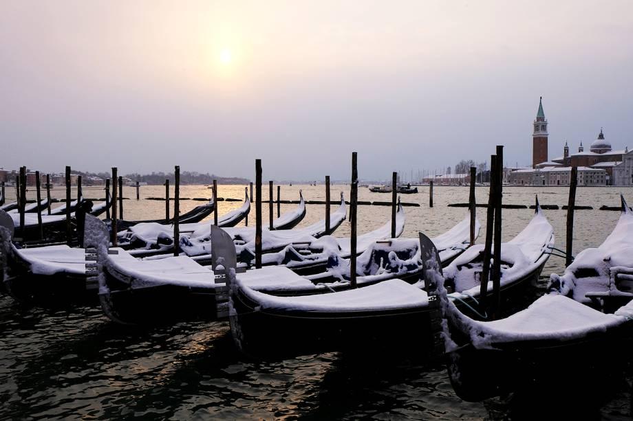 Gôndolas são vistas cobertas de neve próximas da Praça de São Marcos, em Veneza, na Itália, durante onda de frio que atinge a Europa - 28/02/2018
