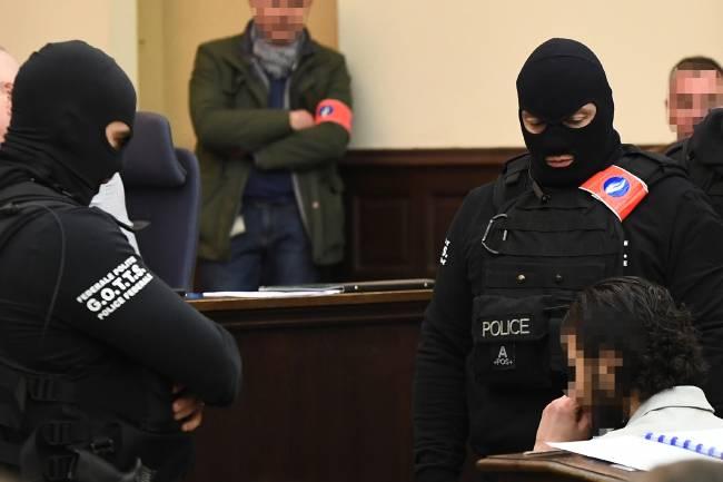 Suspeito de ataque em Paris é julgado na Bélgica