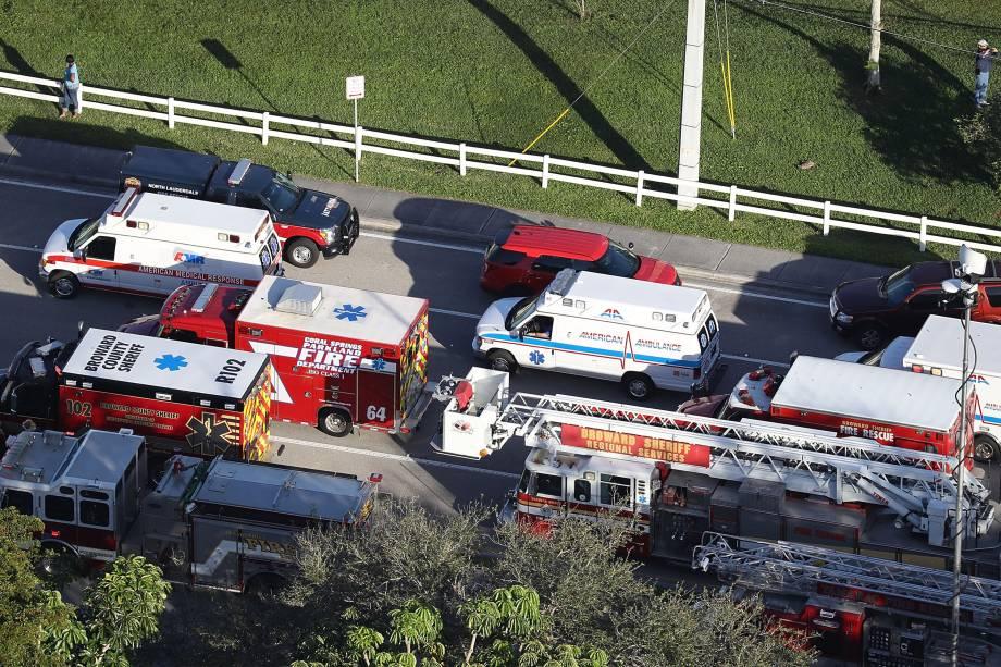 Equipes de Resgate trabalham na cena de um ataque a tiros na Escola Secundária Marjory Stoneman Douglas em Parkland, Flórida - 14/02/2018