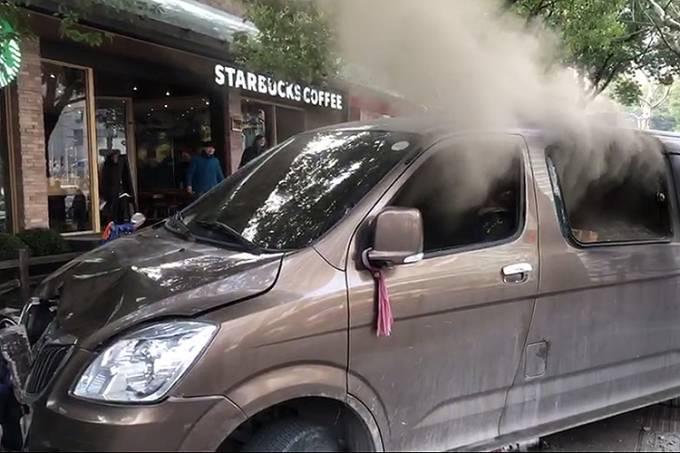 Carro incendiado atropela pedestres em Xangai