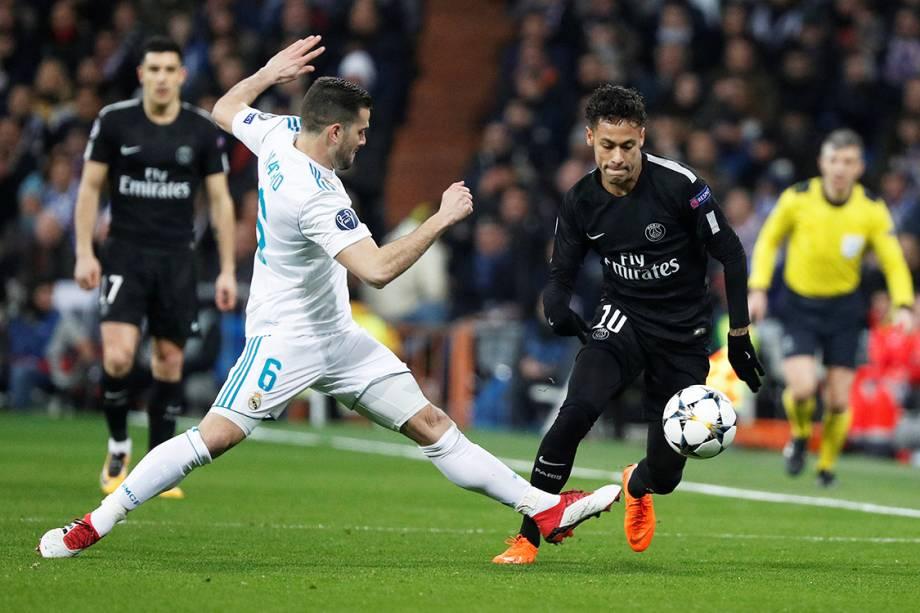 Neymar, do PSG, é marcado por Nacho, do Real Madrid, pela Liga dos Campeões, em Madri