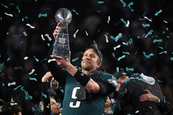 Nick Foles, do Philadelphia Eagles, levanta o troféu Vince Lombardi – 4/2/2018