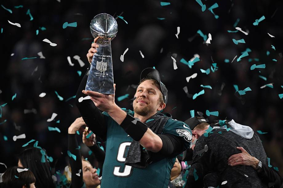 Nick Foles, do Philadelphia Eagles, levanta o troféu Vince Lombardi