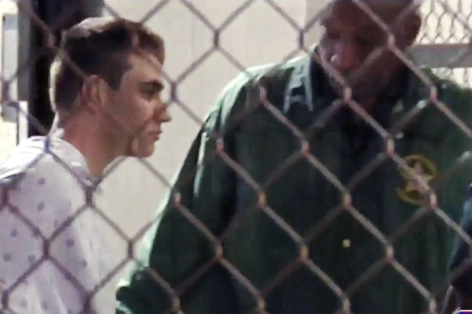 Nikolas Cruz é escoltado para a prisão do condado de Broward, Flórida