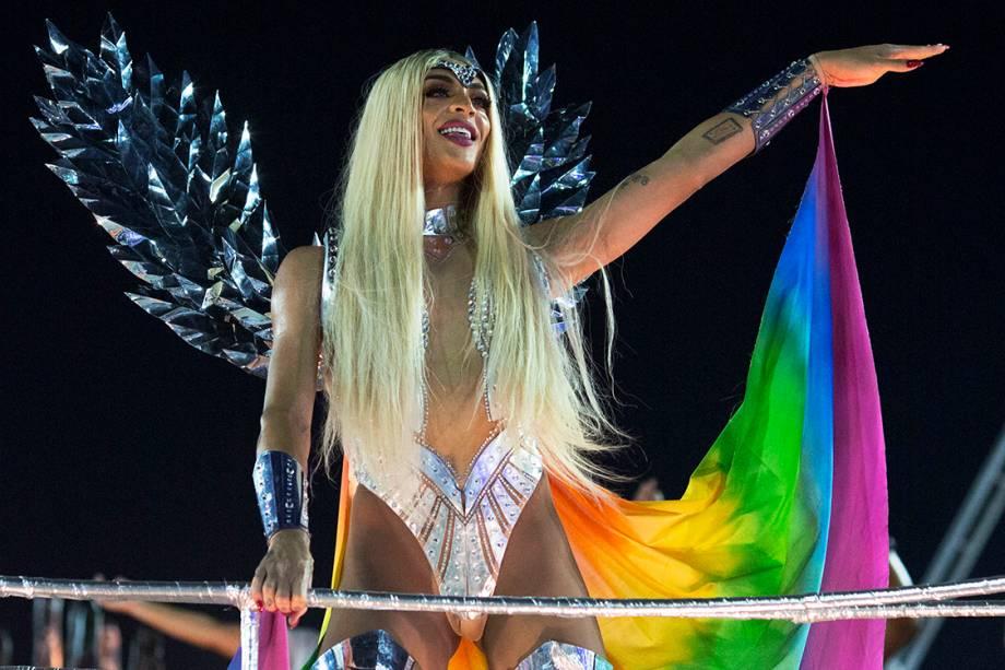 A cantora Pabllo Vittar desfila pela Beija-Flor, no segundo dia de desfiles do Carnaval do Rio
