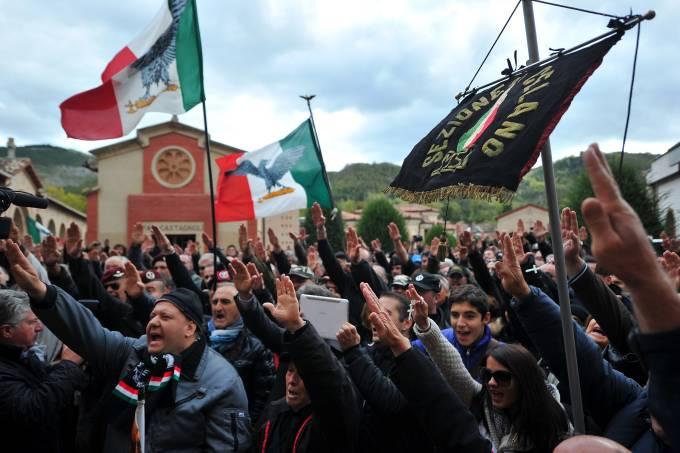 Passeata fascista em Predappio na Itália