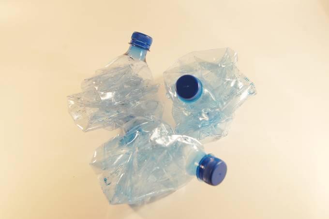 plastic-bottles-621359_1920