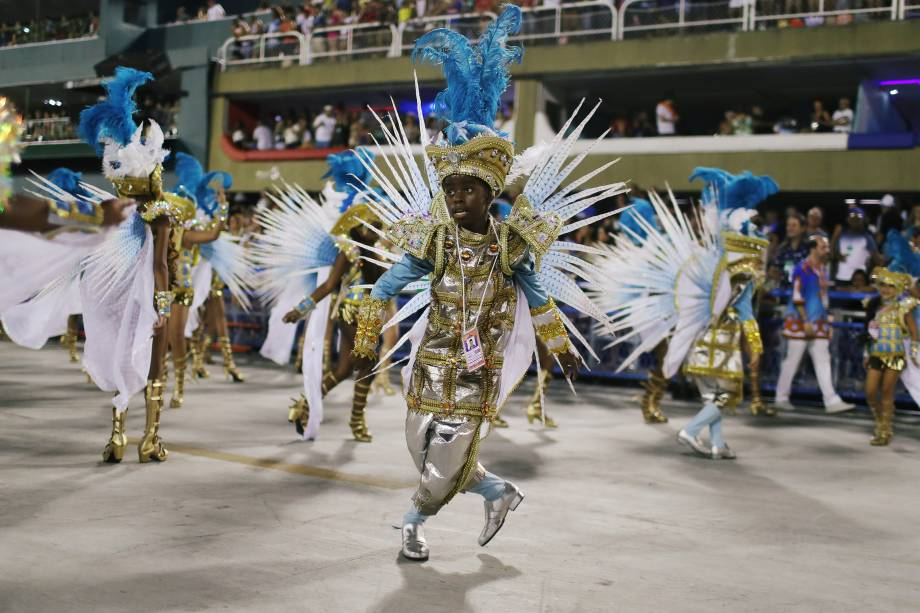 Passistas performam durante desfile da escola de samba Portela no sambódromo do Rio de Janeiro - 12/02/2018